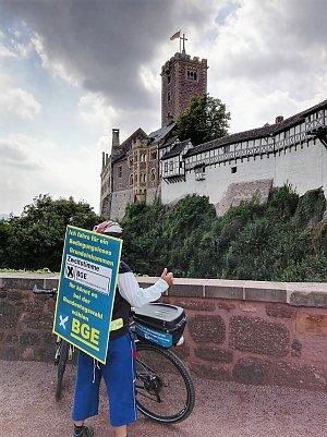 Heiko Windisch vor der Wartburg. (Foto: privat)