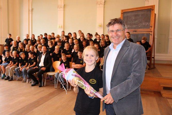 Der stellvertretende Schulleiter Volker Vogt versüßte den Schulanfang am Gymnasium mit einer Zuckertüte (Foto: Humboldt Gymnasium Nordhausen)