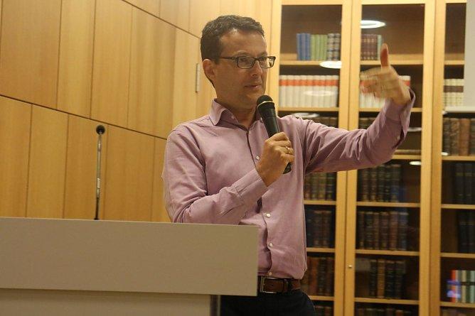 Prof. Dr. Sascha Liebermann beschäftigt sich mit diversen Fragen rund um das bedingungslose Grundeinkommen (Foto: Angelo Glashagel)