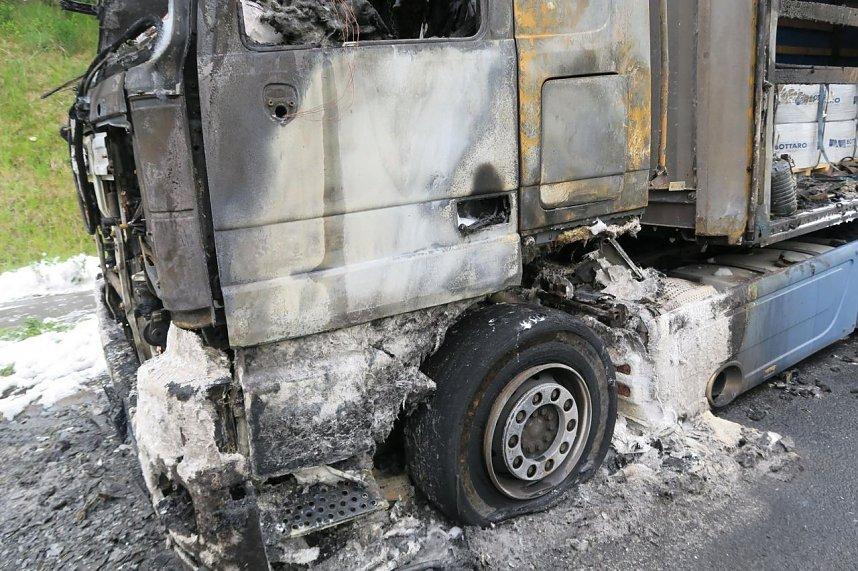 Lkw brannte völlig aus