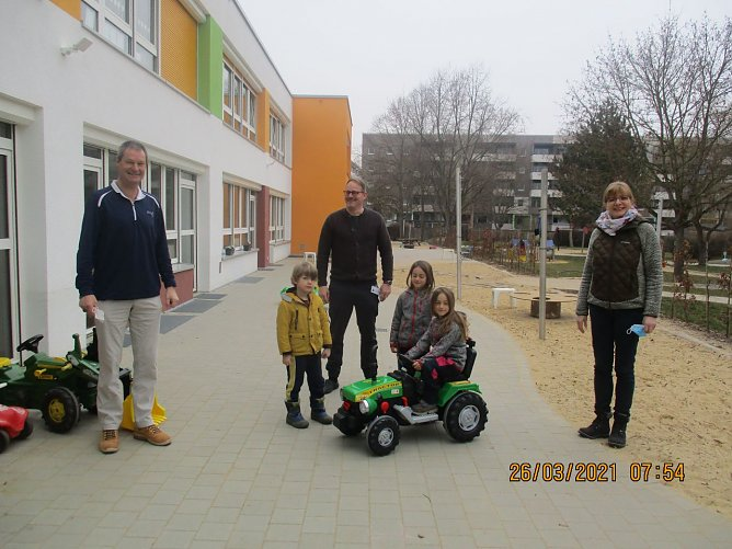 Brummkreisel goes elektrisch: die Kindergartenkinder konnten sich heute über ein neues Gefährt freuen (Foto: Jugendsozialwerk Nordhausen)