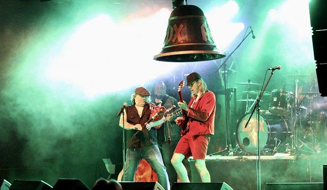 Vom Original weder optisch noch musikalisch zu unterscheiden: Die Jungs von AC/DX (Foto: Eva Maria Wiegand)